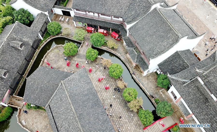 CHINA-SHANGHAI-GROUP WEDDING (CN)