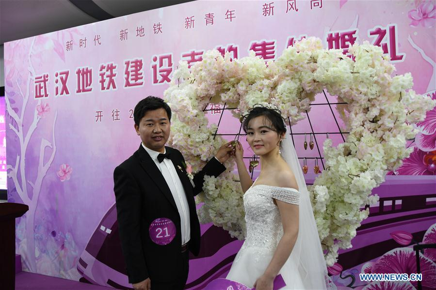 CHINA-HUBEI-SUBWAY-GROUP WEDDING (CN)