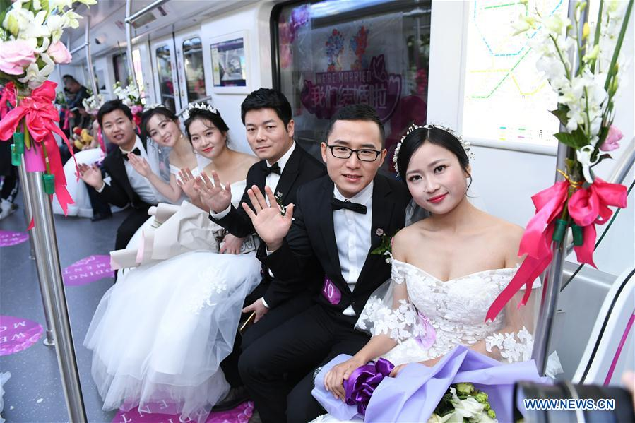 CHINA-HUBEI-SUBWAY-GROUP WEDDING (CN)