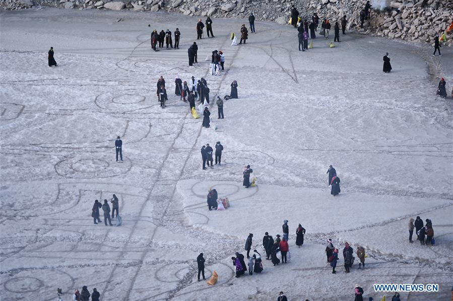 People paint on fronzen Tongtian River to pray for good fortunes in China's Qinghai