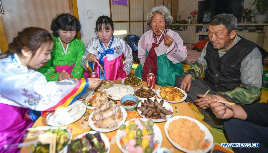 indispensable reunion dinner on the eve of chinese new year xinhua englishnewscn - Chinese New Year Dinner