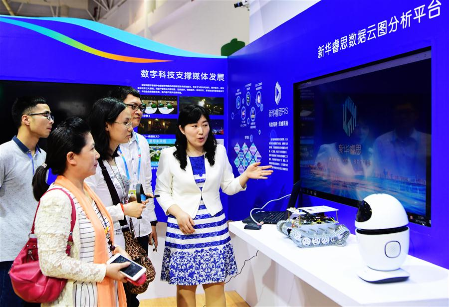 An exhibitor introduces an analysis platform for cloud data to visitors during the Digital China Exhibition in Fuzhou, capital of southeast China's Fujian Province, April 22, 2018. The exhibition opened to the public on Sunday, during which 293 exhibitors displayed the latest digital technology. (Xinhua/Wei Peiquan)<br/>