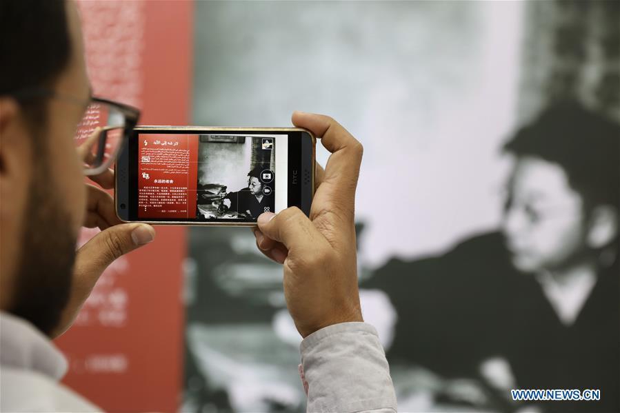 埃及 - 伊斯梅利亚 - 苏伊士运河大学 - 展览 - 中国小说家 - 老母
