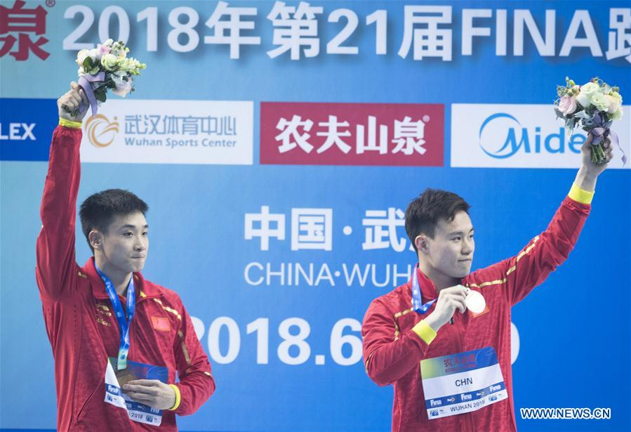 China's Cao Yuan (L) and Xie Siyi wave to the spectators during the awarding ceremony for the men's 3m springboard synchronised final at the FINA Diving World Cup 2018 in Wuhan, central China's Hubei Province, on June 5, 2018. Cao Yuan and Xie Siyi claimed the title with a total of 448.74 points. (Xinhua/Xiao Yijiu)<br/>