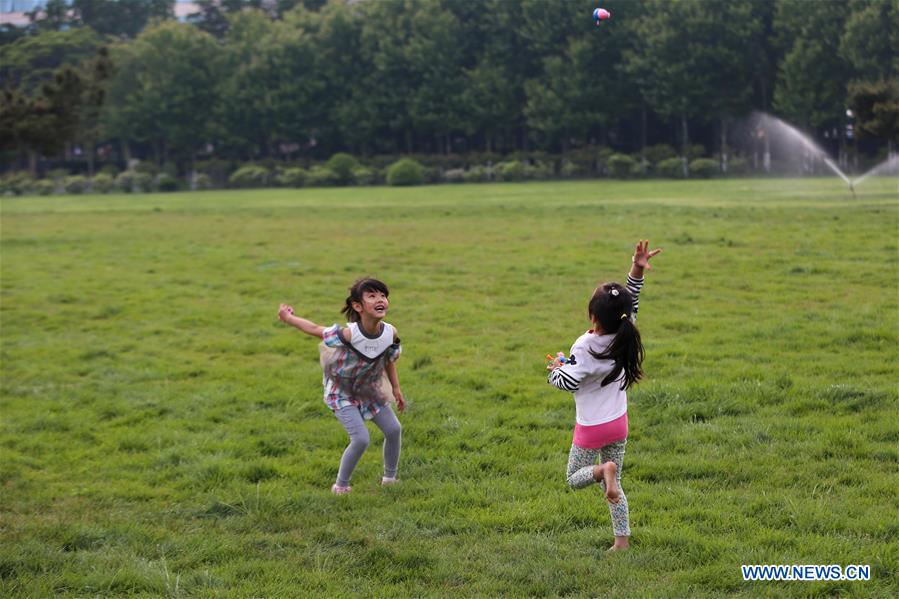Children play on a square in Qingdao, east China's Shandong Province, June 3, 2018. The 18th Shanghai Cooperation Organization (SCO) Summit is scheduled for June 9 to 10 in Qingdao. (Xinhua/Zhang Cheng)<br/>