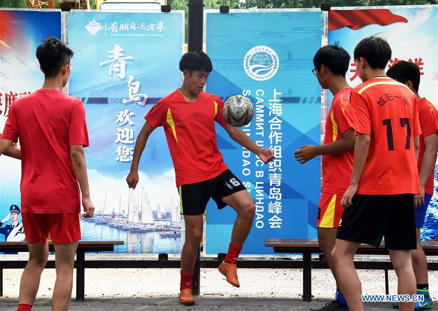 Students of a middle school play football in Qingdao, east China's Shandong Province, June 4, 2018. The 18th Shanghai Cooperation Organization (SCO) Summit is scheduled for June 9 to 10 in Qingdao. (Xinhua/Li Ziheng)<br/>