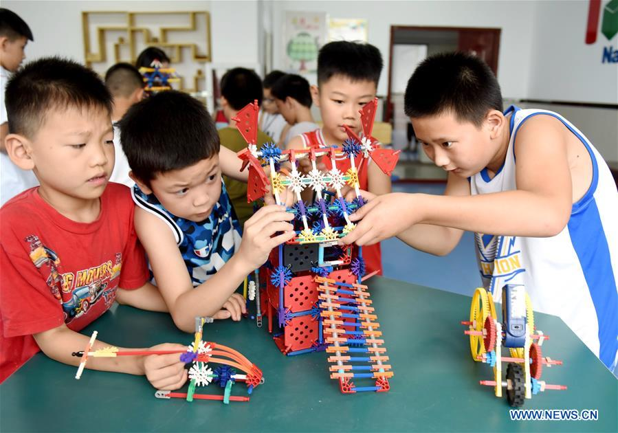 Children do handwork at a training center during their summer vacation in Nanhe County, north China's Hebei Province, July 15, 2018. (Xinhua/Zhu Xudong)