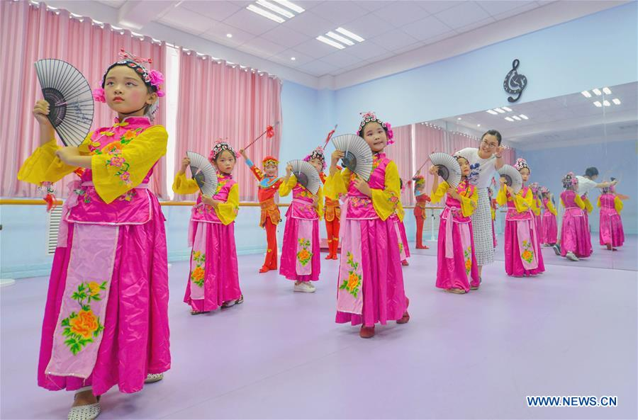 Students learn movements of traditional Chinese opera at a primary school in Hanshan District of Handan, north China's Hebei Province, Aug. 14, 2018. The school organized traditional Chinese arts activities for students to enrich their summer vacation life. (Xinhua/Wang Xiao)<br/>