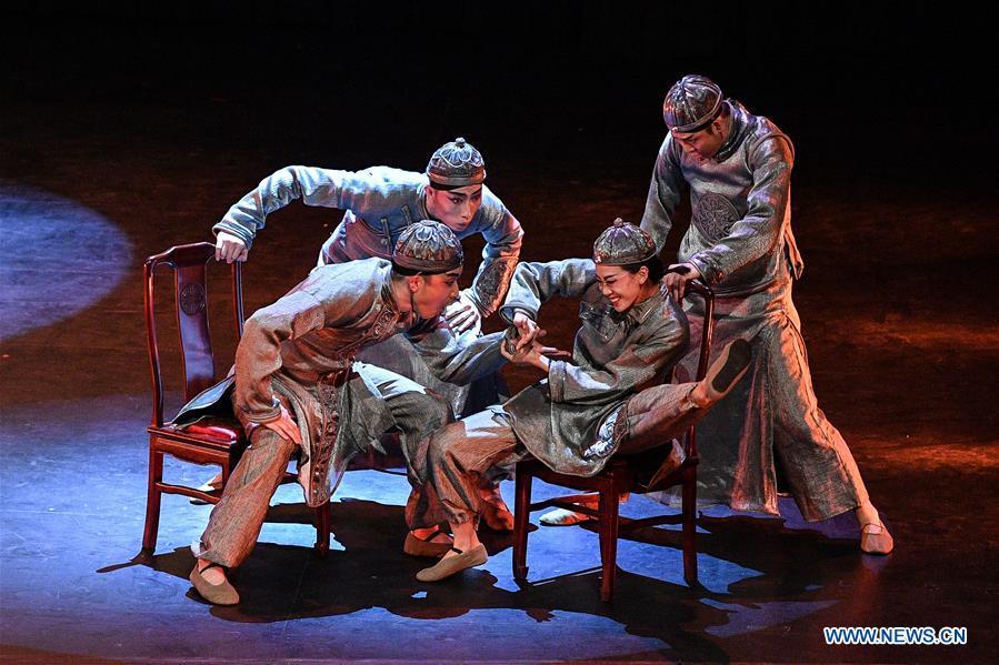 """中国舞者在智利表演舞蹈诗""""国美"""""""