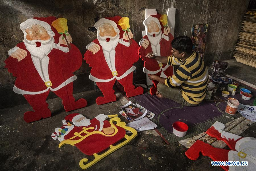 Christmas In India Images.Artisan Makes Santa Claus Models For Christmas In India