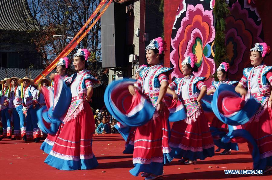 彝族人民在中国西南部的云南庆祝传统新年