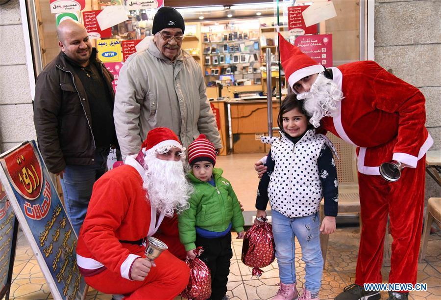 圣诞老人服装的人们