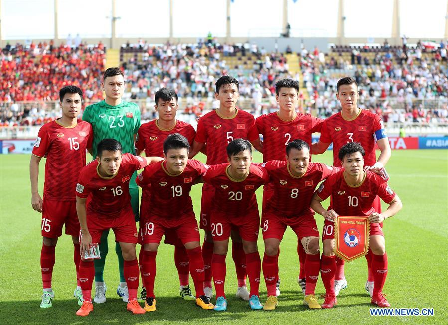 5fcae1e06 (SP)UAE-ABU DHABI-SOCCER-AFC ASIAN CUP 2019-GROUP. Starting players of  Vietnam pose for photos during the 2019 AFC Asian Cup UAE 2019 group D match  ...