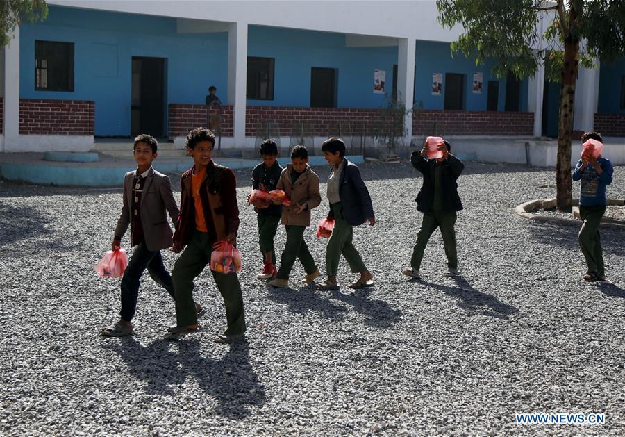 也门受冲突影响的学生在萨那接受了早餐