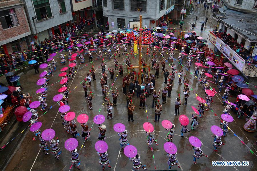 """当地聚会""""大同年""""在中国广西的融水举行"""