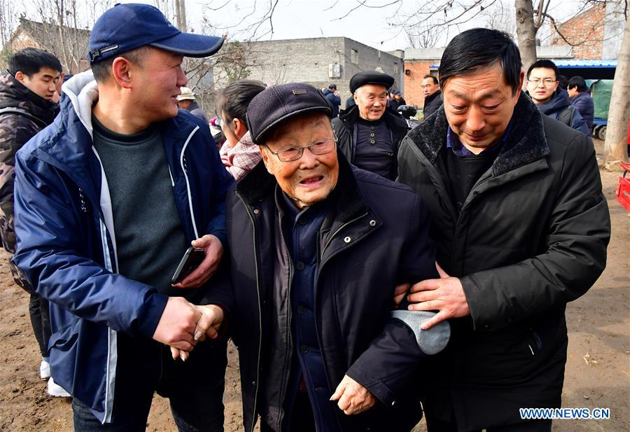 中国各地的民间艺术家齐聚中国河南的马杰