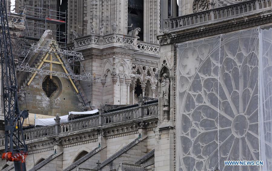 安装了临时防水油布,以保护巴黎圣