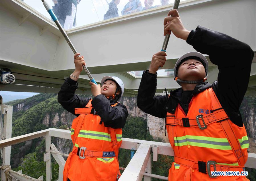 #CHINA-HUNAN-ZHANGJIAJIE-GLASS BRIDGE-CLEANER (CN)