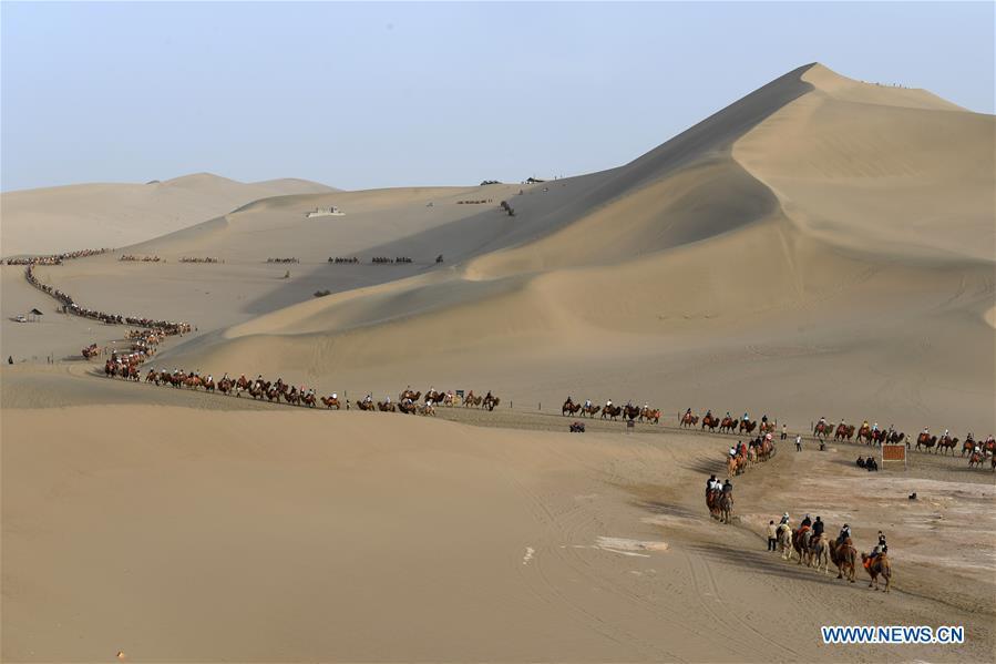 CHINA-GANSU-DUNHUANG-CAMEL-RIDE (CN)