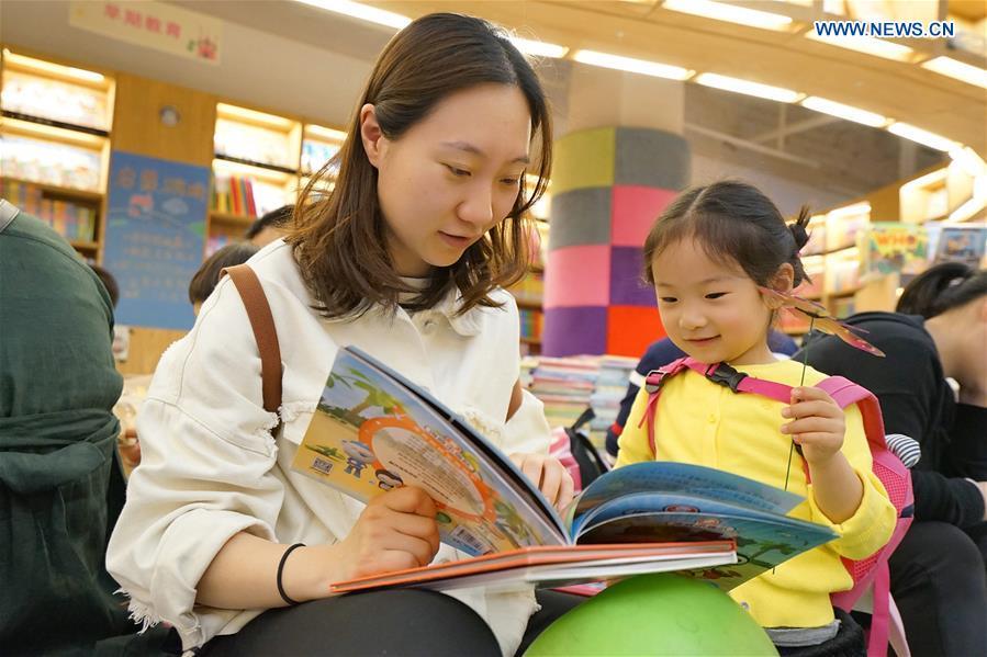 People Enjoy Reading During Labor Day Holiday Xinhua English News Cn