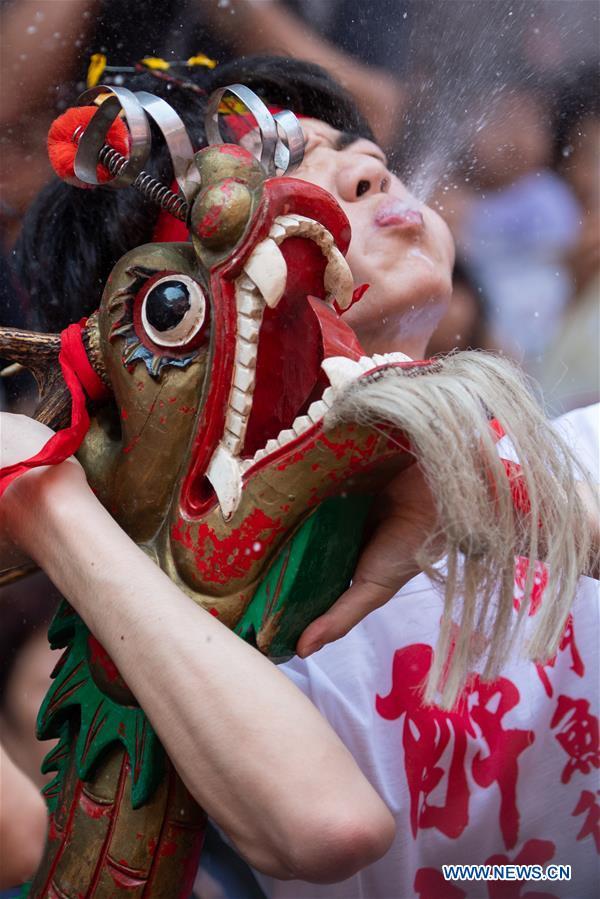 为庆祝中国澳门的佛诞生日举行醉酒节