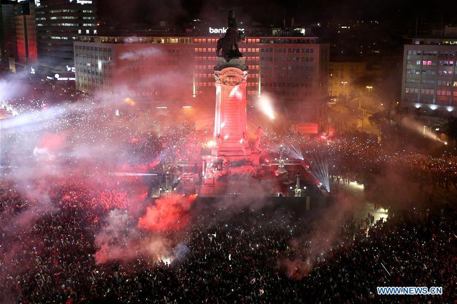 球迷在葡萄牙联赛中庆祝本菲卡俱乐
