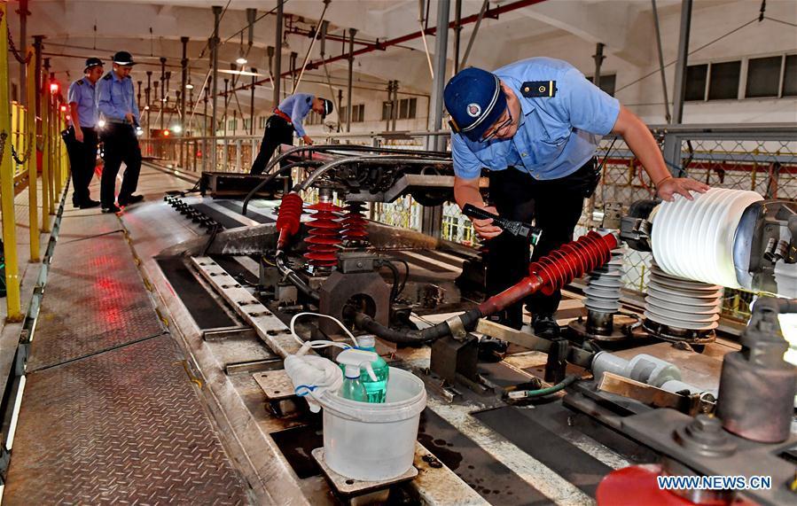CHINA-FUJIAN-RAILWAY-SECURITY CHECK-RAINY WEATHER (CN)