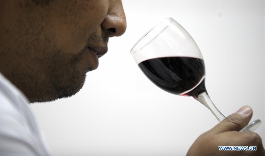 (InTibet)CHINA-ETHNIC NAXI PEOPLE-TIBETAN RED WINE (CN)