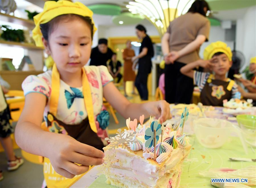 Children cake DIY competition held in Qingdao, China's