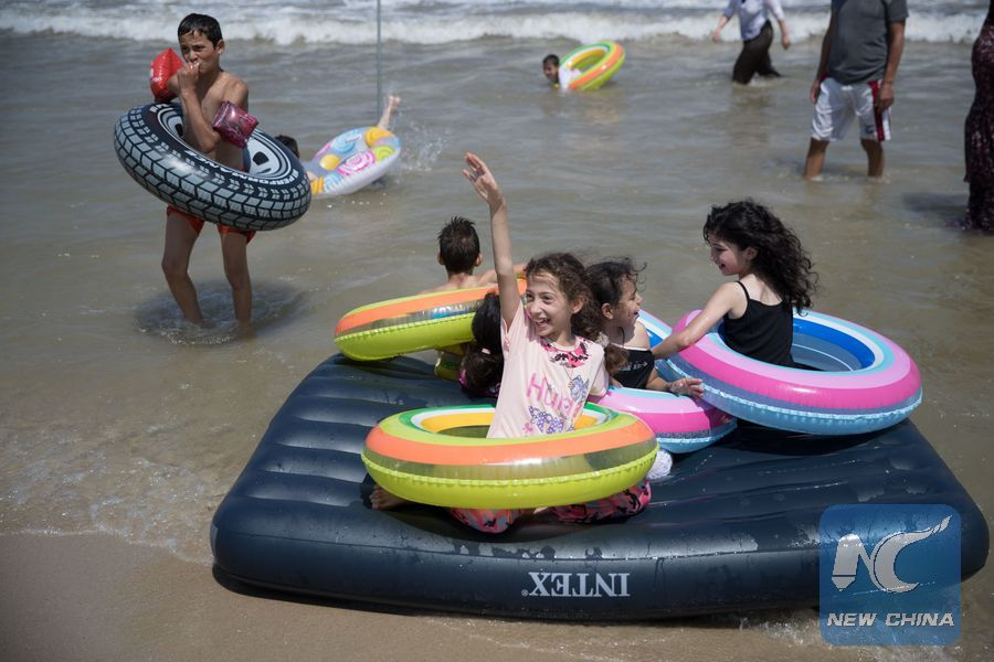 Feature: Palestinian kids see beach for first time with help of Israeli volunteers