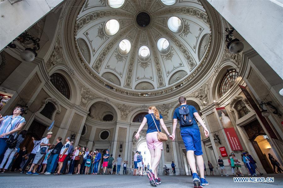 Tourists Visit Inner City Of Vienna Austria Xinhua English News Cn