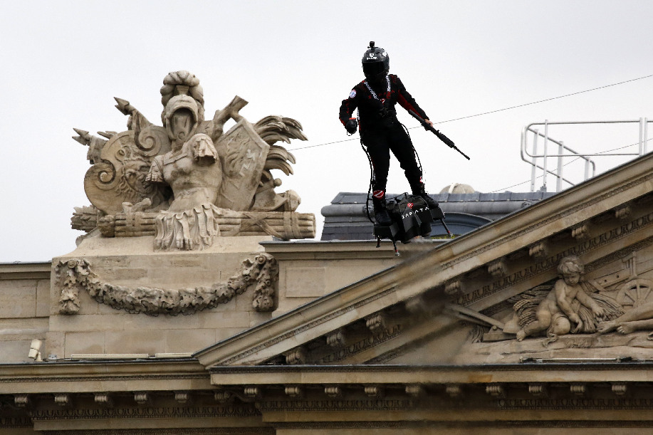 "Unharmed but angry: French ""Flying man"" fails to cross English Channel on flyboard - Xinhua 