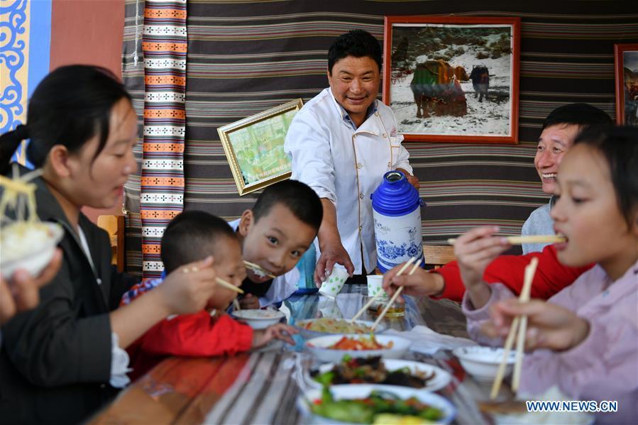中国甘肃的文化旅游业促进了当地人