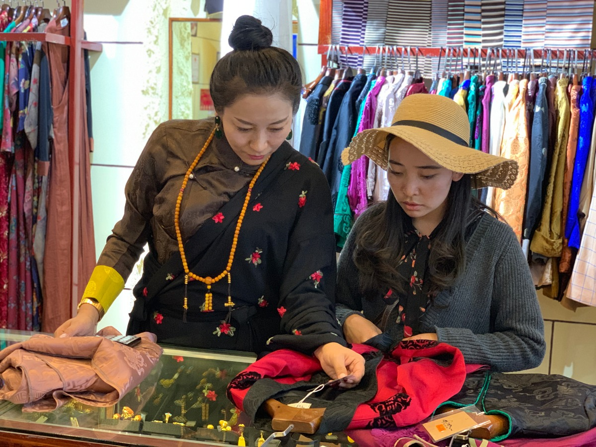 Discover China: A world of changes under Tibetan costumes - Xinhua   English.news.cn
