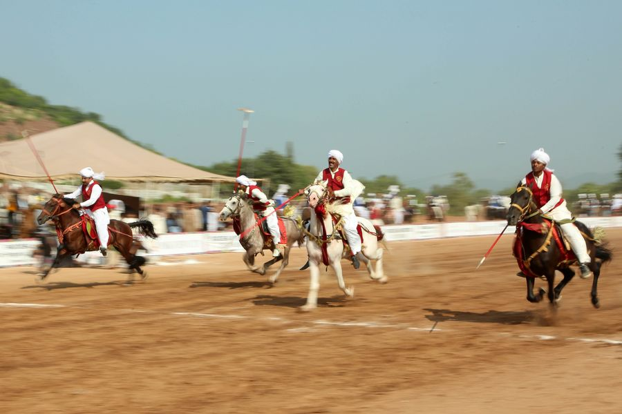 "Pakistani ""cavalry"" compete in tent pegging - Xinhua 