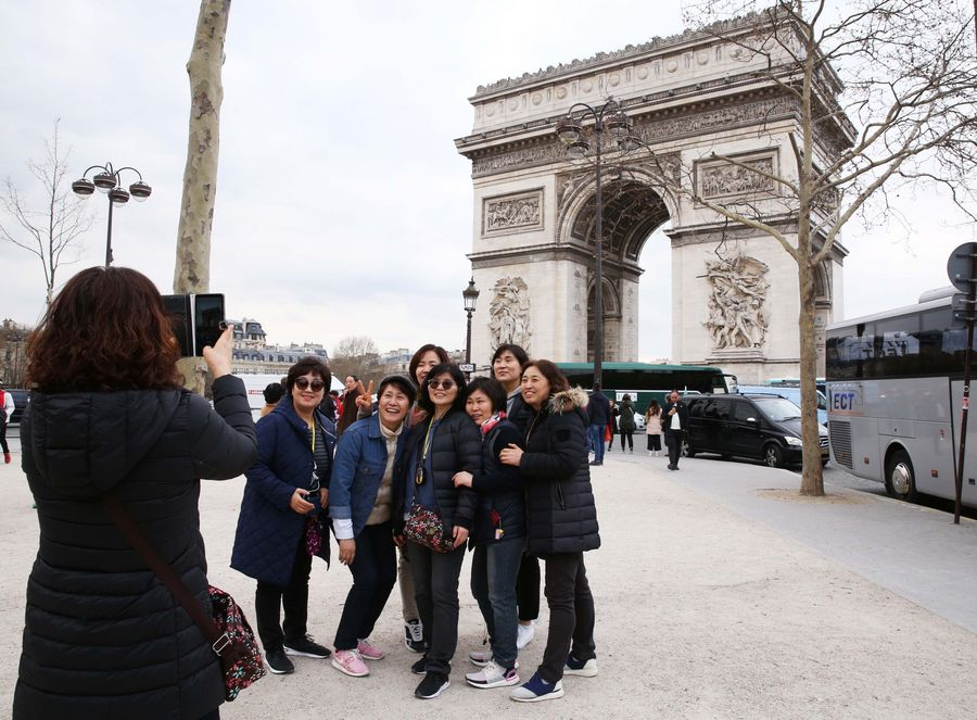 Chinese tourists spend 128 bln USD overseas in H1: report - Xinhua | English.news.cn