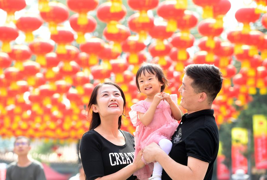 People across China enjoy the week-long National Day holiday - Xinhua | English.news.cn