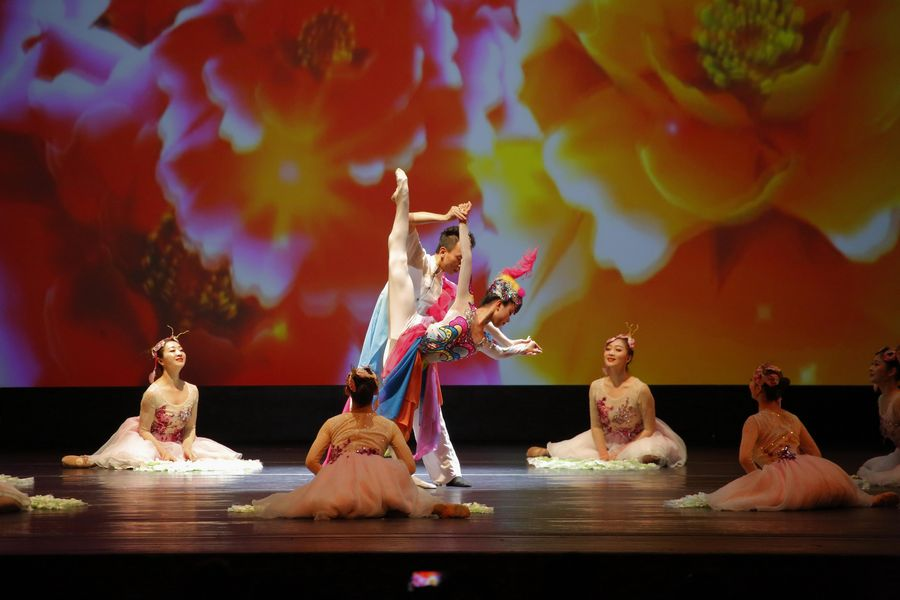 """Splendid China"" show treats audience with Chinese folk dance - Xinhua | English.news.cn"