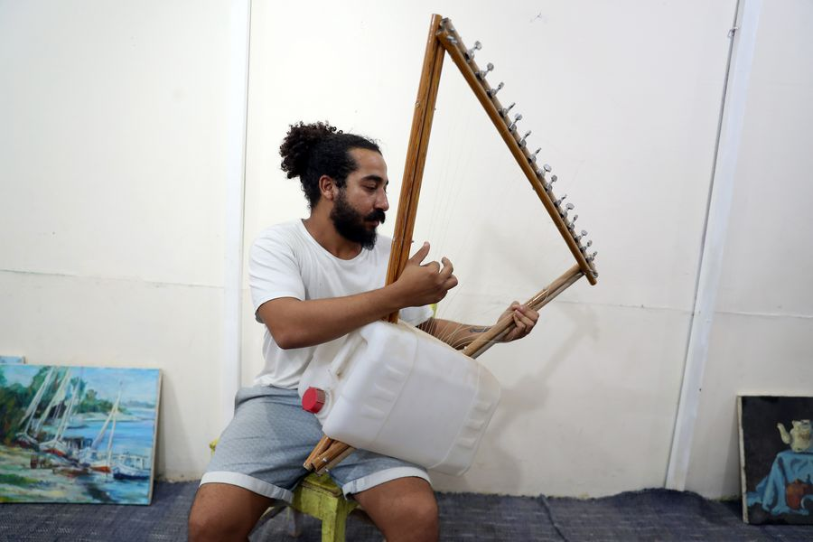 Egyptian artist turns garbage into musical instruments - Xinhua | English.news.cn
