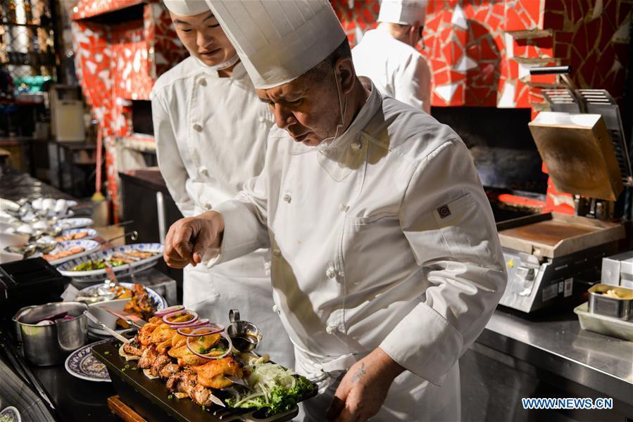 蓬勃发展的旅游业吸引了许多俄罗斯餐馆到中国北部满洲里