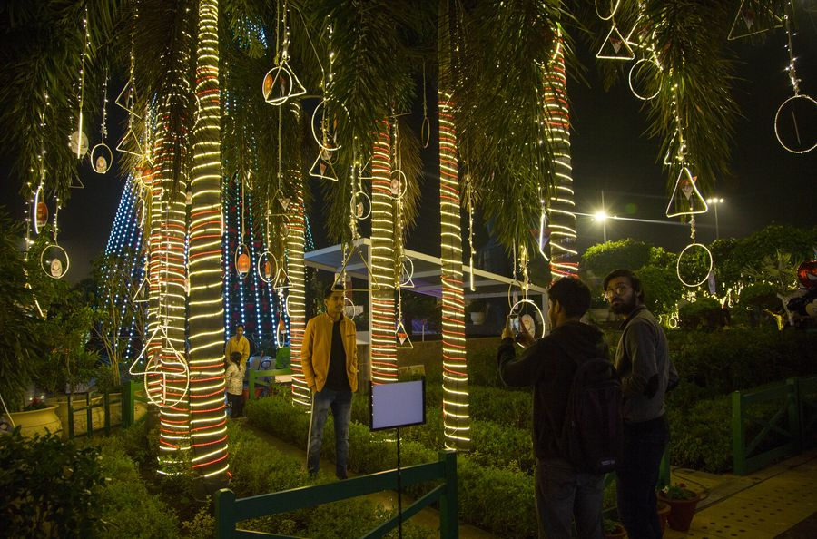 Christmas is coming to New Delhi's market place - Xinhua | English.news.cn
