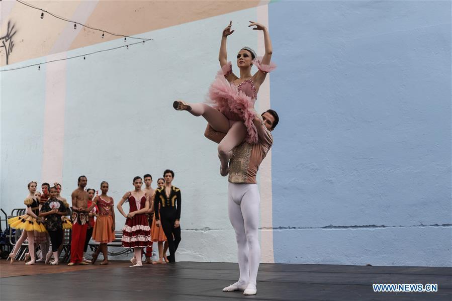 舞者表演芭蕾舞以庆祝圣保罗即将到来的假期