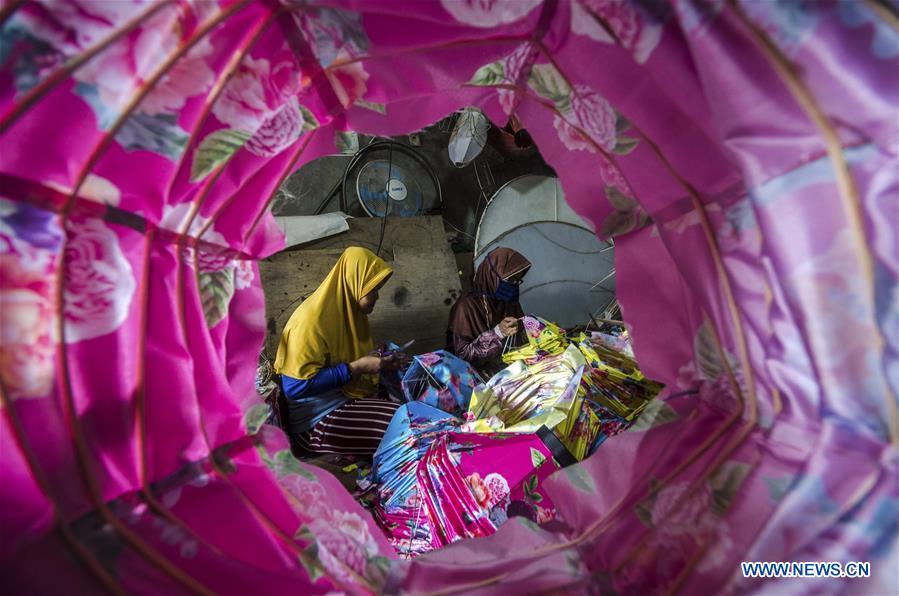 工人们为印尼即将到来的农历新年