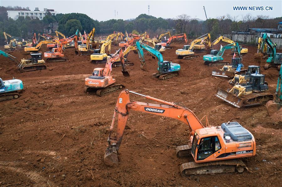 Puluhan ekskavator dikerahkan untuk mengebut pengerjaan pembangunan rumah sakit untuk pasien virus corona di Wuhan. Pembangunan ini direncanakan selesai pada awal Februari 2020. Foto diambil pada Jumat (24/1/2020).