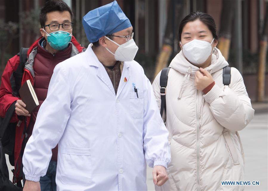 Tiga pekerja medis di Wuhan diperbolehkan pulang dari sebuah rumah sakit setelah dinyatakan sembuh dari virus corona, Selasa (28/1/2020).
