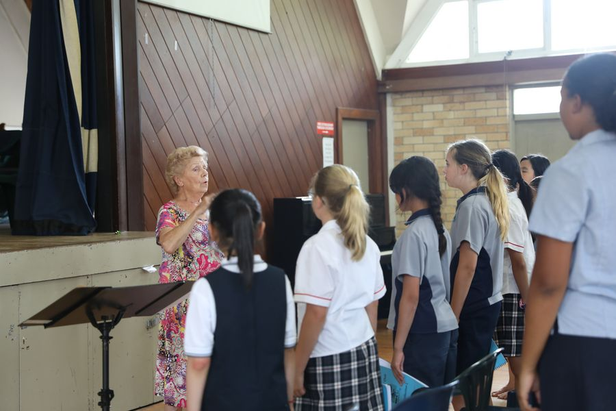 89-year-old New Zealand musician leads girls' choir to sing for China's Wuhan - Xinhua | English.news.cn