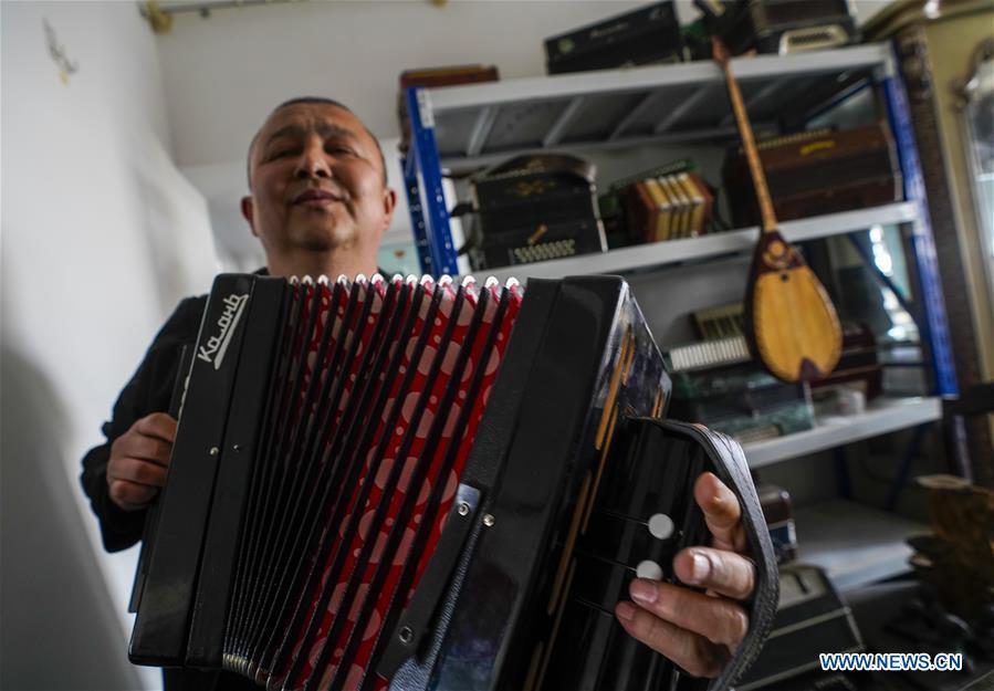 中国新疆手风琴修理师(CN)