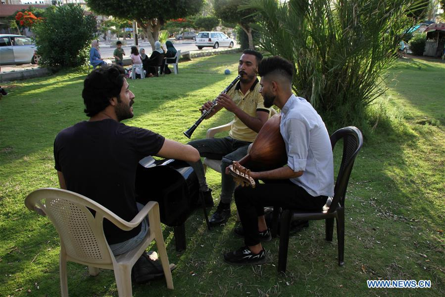 MIDEAST-GAZA CITY-YOUNG MUSICIANS-STREET PERFORMANCE