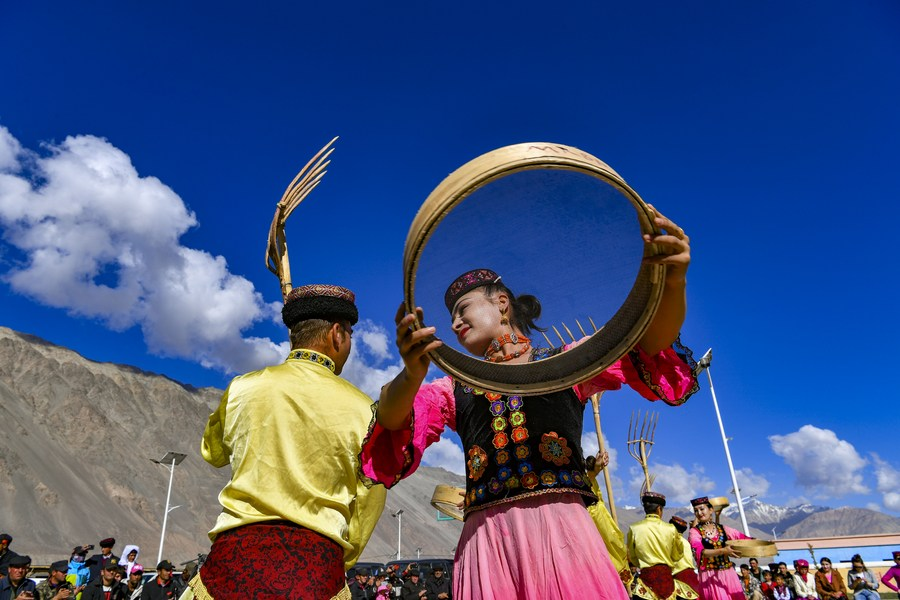 Feature: Art troupe keeps villagers in faraway Pamir Plateau entertained - Xinhua | English.news.cn
