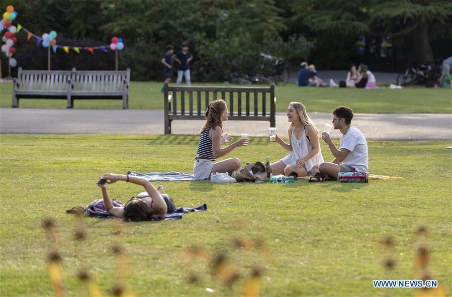 人们在伦敦摄政公园享受休闲时光